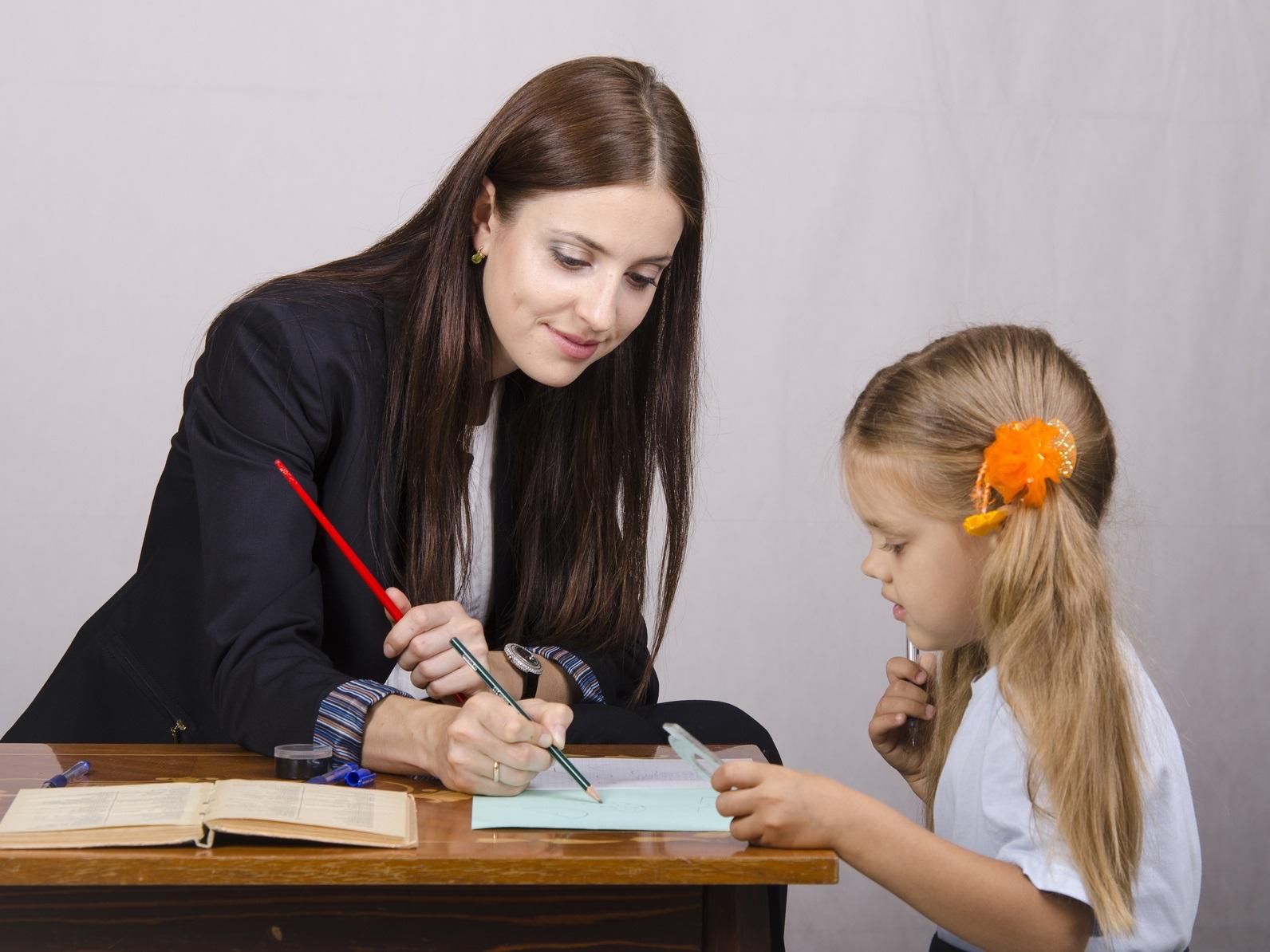 Учитель с учеником занимаются 3 фотография